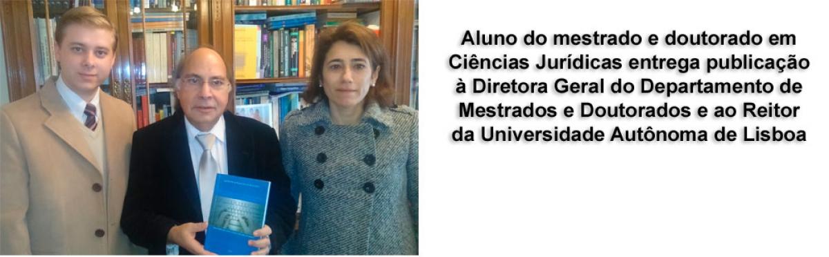Aluno entrega publicação ao Reitor e à diretora de Direito da UAL